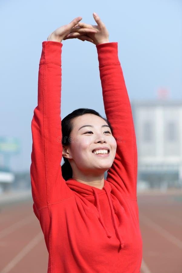 Jeune femme dans l'usage de sport faisant le sport photographie stock