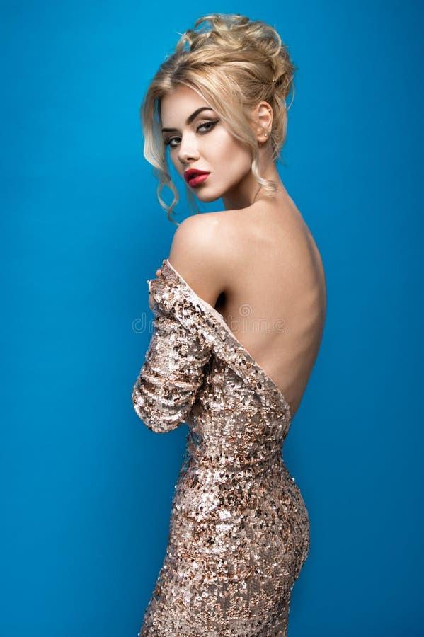 Jeune femme dans la belle robe photo stock