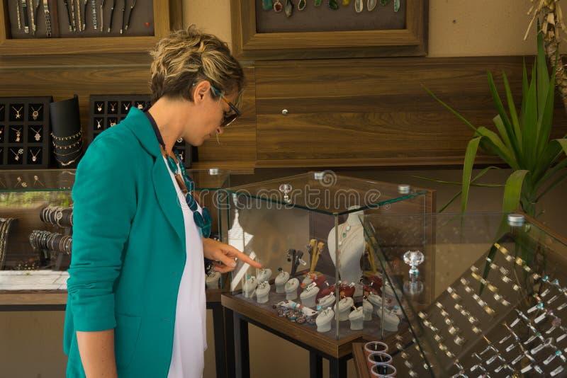Jeune femme dans la boutique de bijoux photographie stock