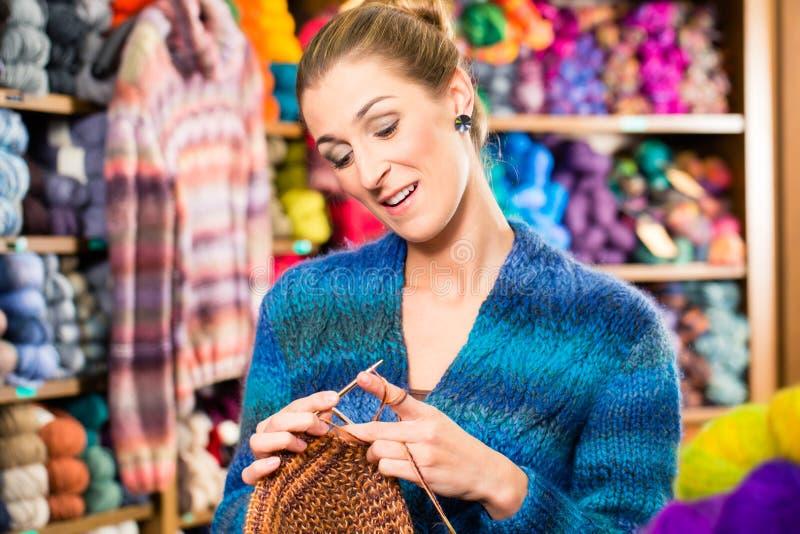 Jeune femme dans la boutique de tricotage avec l 39 aiguille circulaire image stock image du - Comment tricoter avec des aiguilles circulaires ...