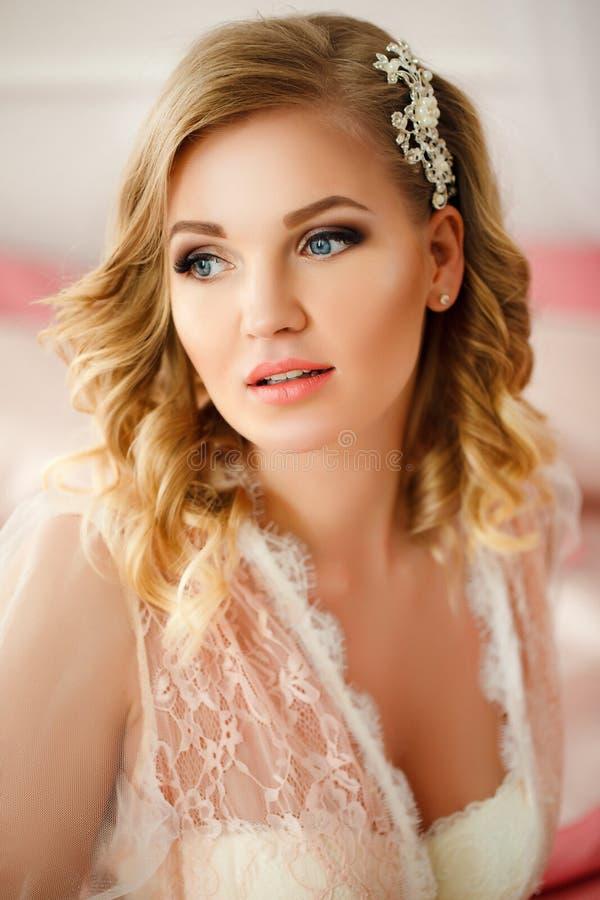 Jeune femme dans la chambre décorée des fleurs image stock