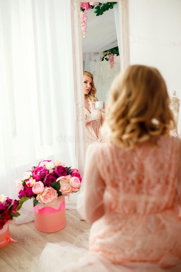 Jeune femme dans la chambre décorée des fleurs photo libre de droits