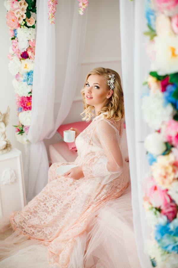 Jeune femme dans la chambre décorée des fleurs image libre de droits