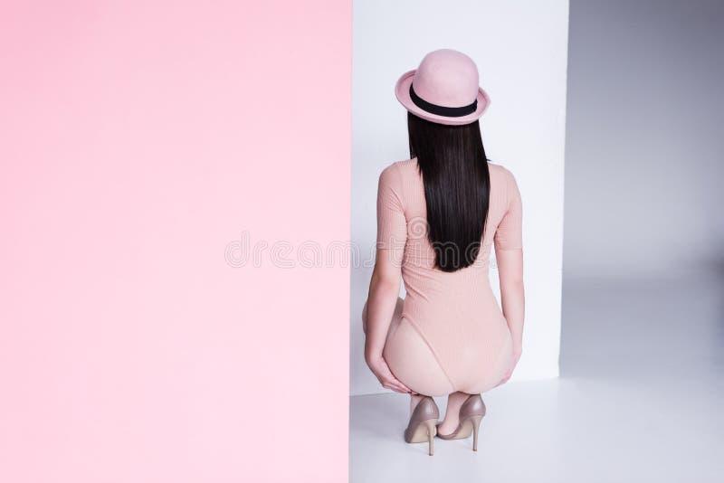 Jeune femme dans la combinaison photo stock