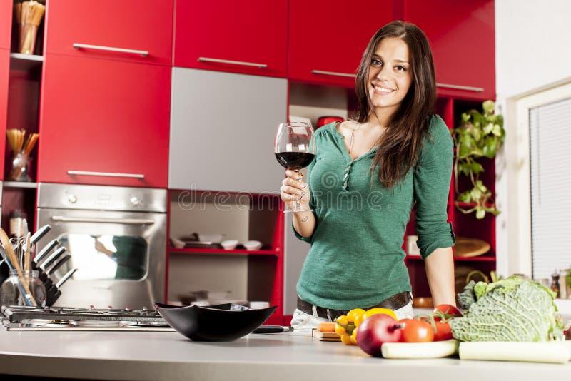 Jeune femme dans la cuisine images stock