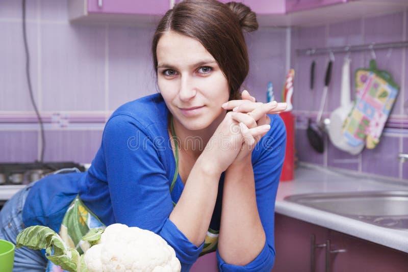 Jeune femme dans la cuisine images libres de droits