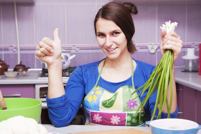 Jeune femme dans la cuisine photo libre de droits