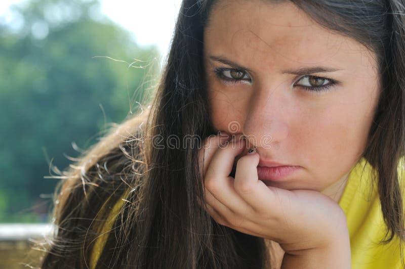 Jeune femme dans la dépression à l'extérieur photographie stock libre de droits