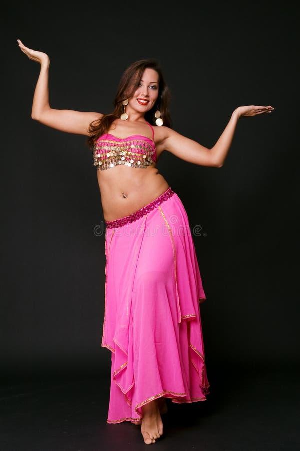 Jeune femme dans la danse orientale photo libre de droits