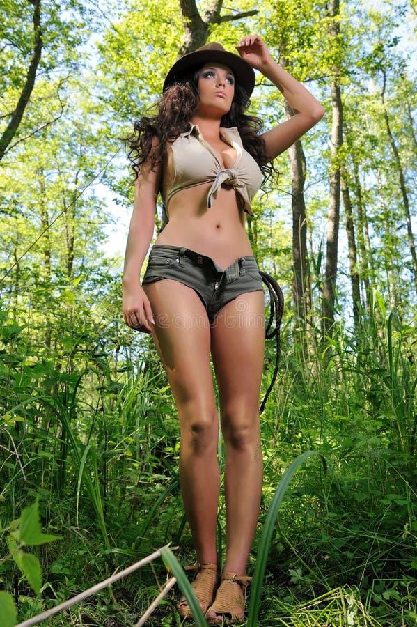 Jeune femme dans la forêt, comme l'Indiana Jane image libre de droits