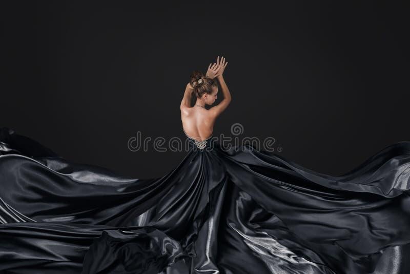 Jeune femme dans la longue robe luxueuse image stock
