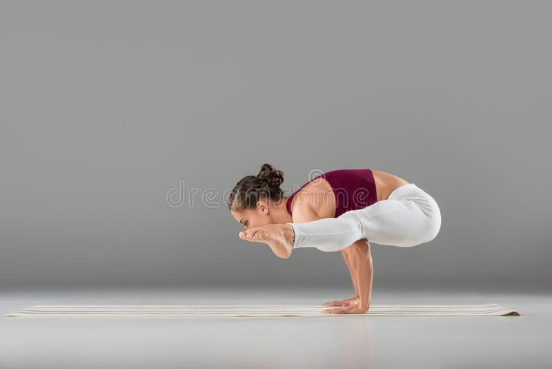 jeune femme dans la luciole de exécution de yoga de vêtements de sport photo libre de droits