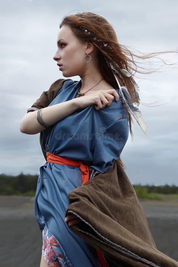 Jeune femme dans la nature Type indien images stock
