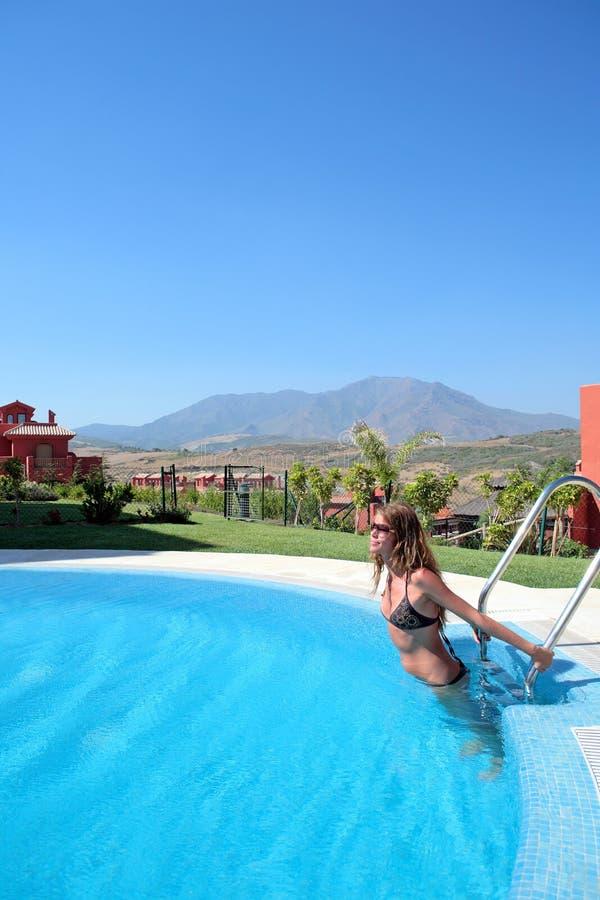 Jeune femme dans la piscine photos libres de droits