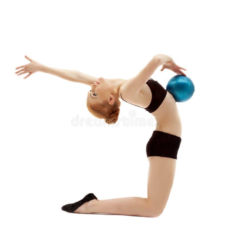 Jeune femme dans la pose noire avec la bille gymnastique image libre de droits