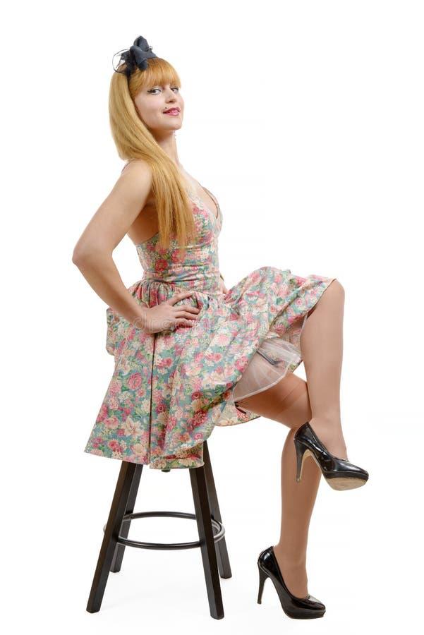 Download Jeune Femme Dans La Rétro Robe Florale, Se Reposant Sur Des Selles Image stock - Image du fille, attrayant: 77160747