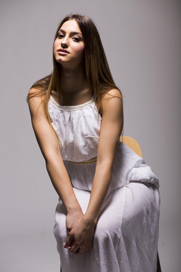 Download Jeune Femme Dans La Robe Blanche Photo stock - Image du rester, blanc: 77152954
