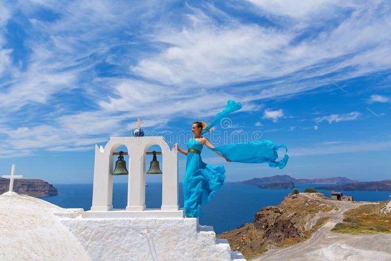 Jeune femme dans la robe bleue photo libre de droits