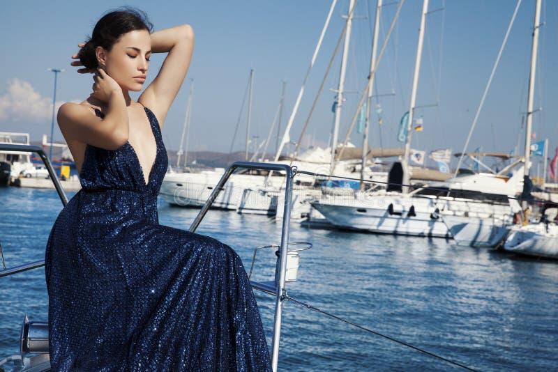 Jeune femme dans la robe de luxe images stock