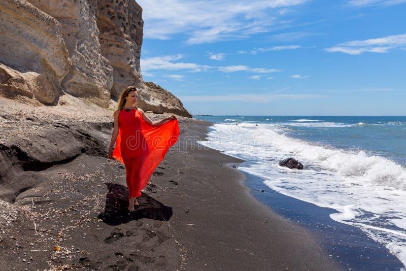 Jeune femme dans la robe rouge photographie stock libre de droits