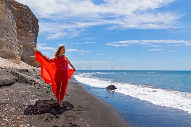 Jeune femme dans la robe rouge images libres de droits