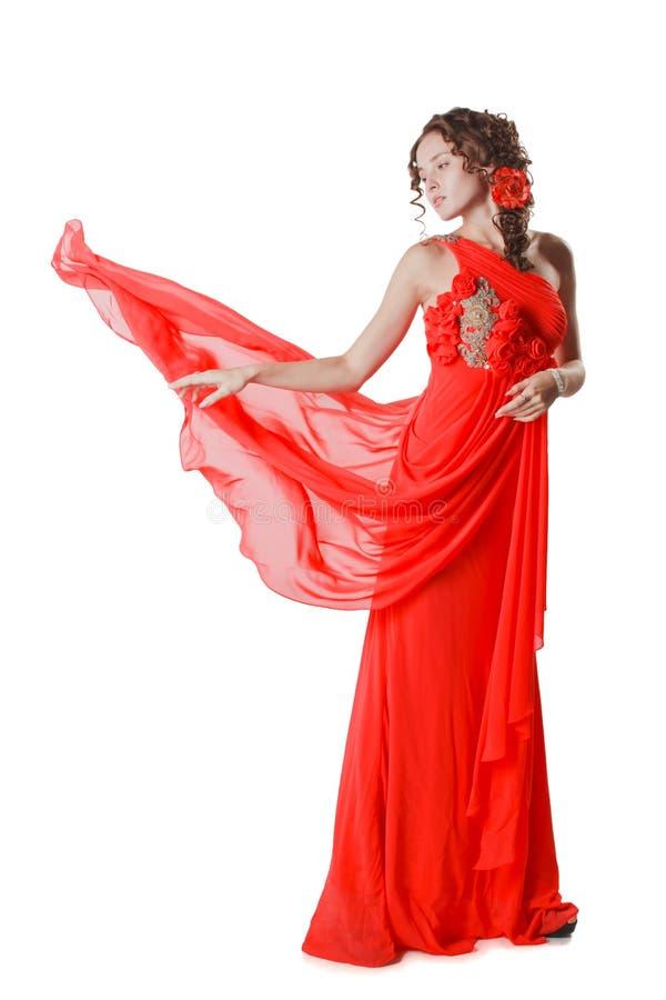Jeune femme dans la robe rouge d'isolement sur le fond blanc photos libres de droits