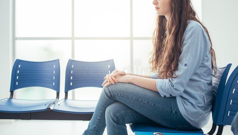Jeune femme dans la salle d'attente image libre de droits