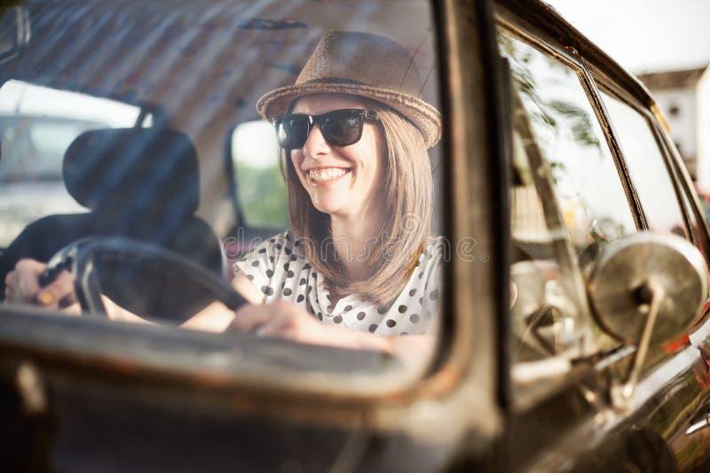 Jeune femme dans la vieille voiture de minuterie image libre de droits