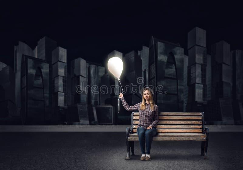 Jeune femme dans le ballon se tenant occasionnel images stock