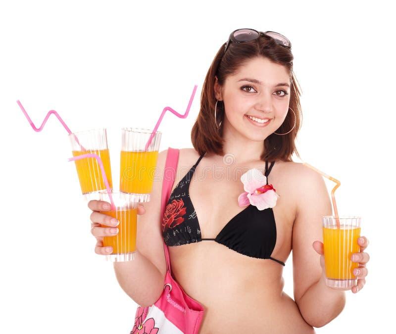 Jeune femme dans le bikini avec le coctail. photographie stock libre de droits