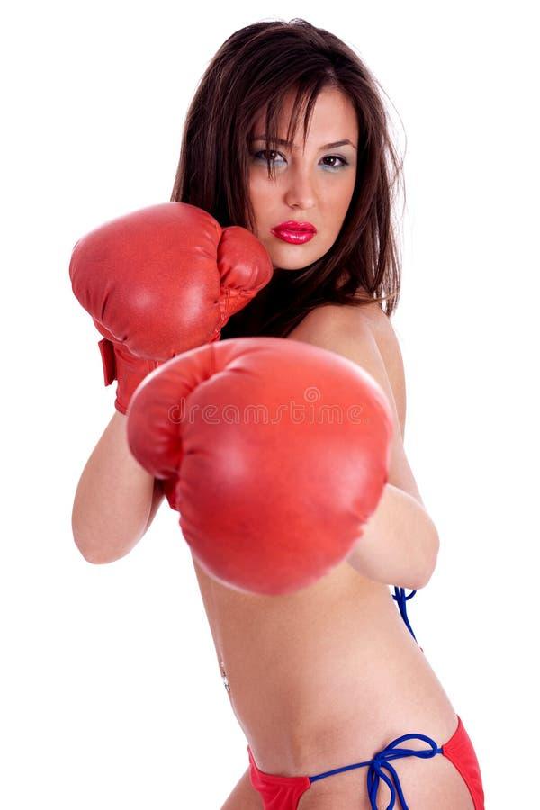 Jeune femme dans le bikini rouge faisant la boxe photos libres de droits