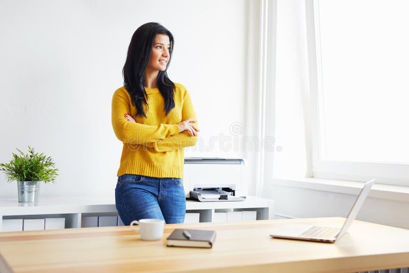 Jeune femme dans le bureau images libres de droits