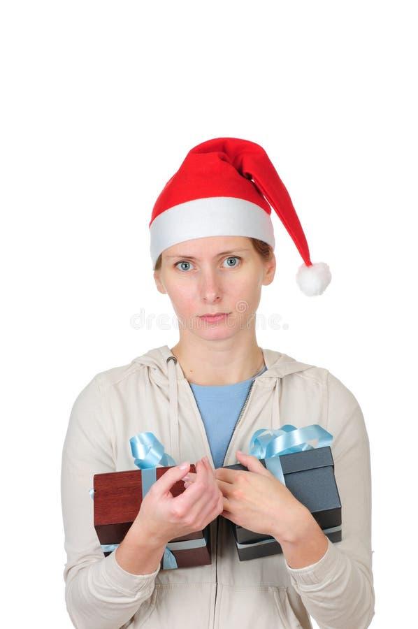 Jeune femme dans le cadre de cadeau de fixation du chapeau de Santa photo stock