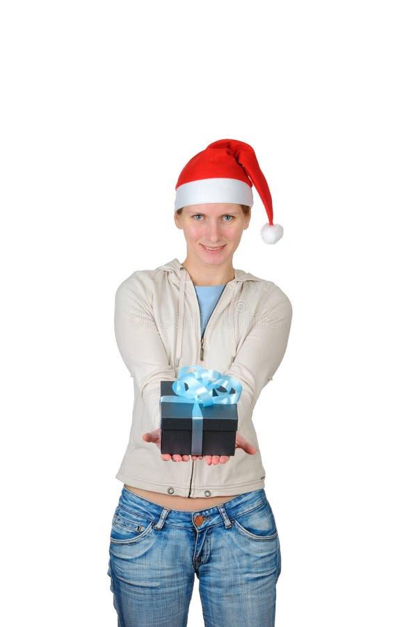 Jeune femme dans le cadre de cadeau de fixation du chapeau de Santa image stock