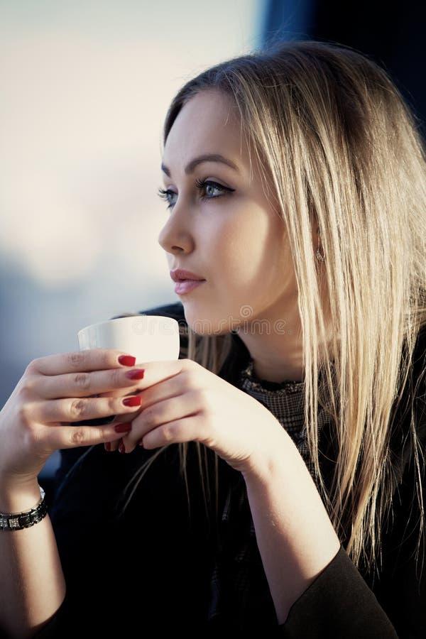 Jeune femme dans le café photos stock