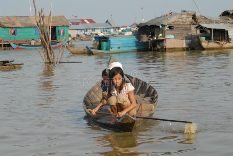 Jeune femme dans le canoë sur la sève Cambodge de Tonle images libres de droits