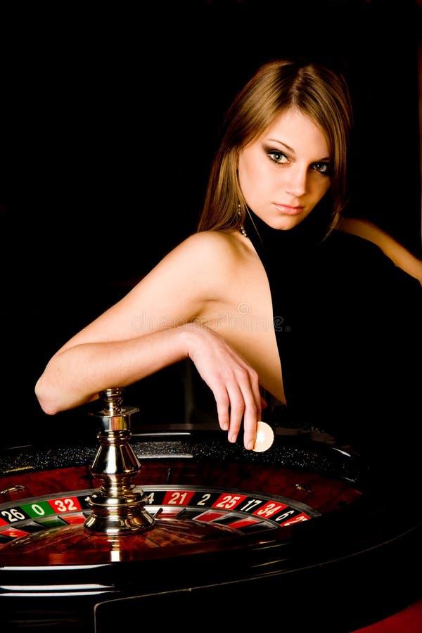 Jeune femme dans le casino photo stock