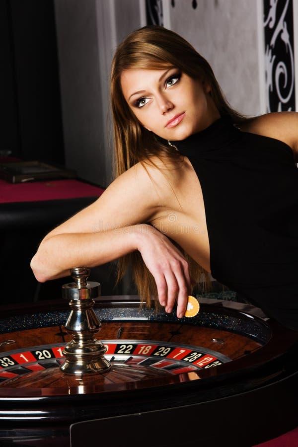 Jeune femme dans le casino photographie stock libre de droits
