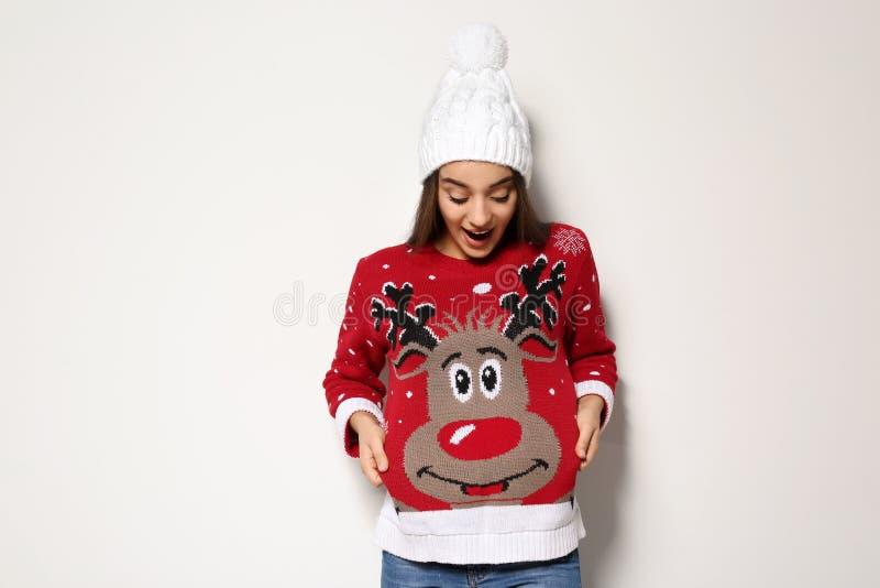 Jeune femme dans le chandail de Noël et le chapeau tricoté images libres de droits