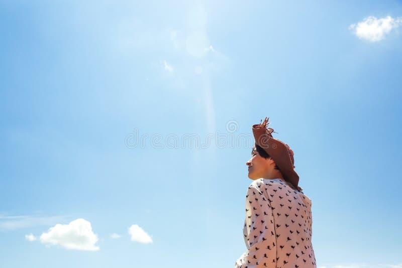 Jeune femme dans le chapeau appréciant la marche heureuse de touriste de fille de sourire de ciel bleu de vacances d'émotions de  images stock