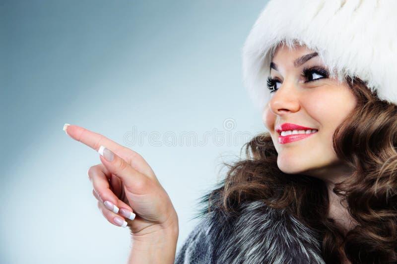 Jeune femme dans le chapeau de fourrure blanc image libre de droits