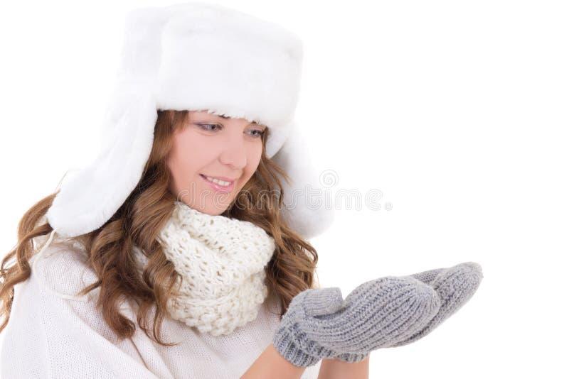 Jeune femme dans le chapeau de fourrure et des mitaines d'isolement sur le blanc photos stock