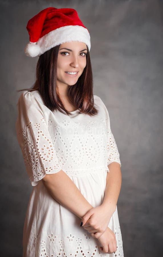 Jeune femme dans le chapeau de Santa photos stock