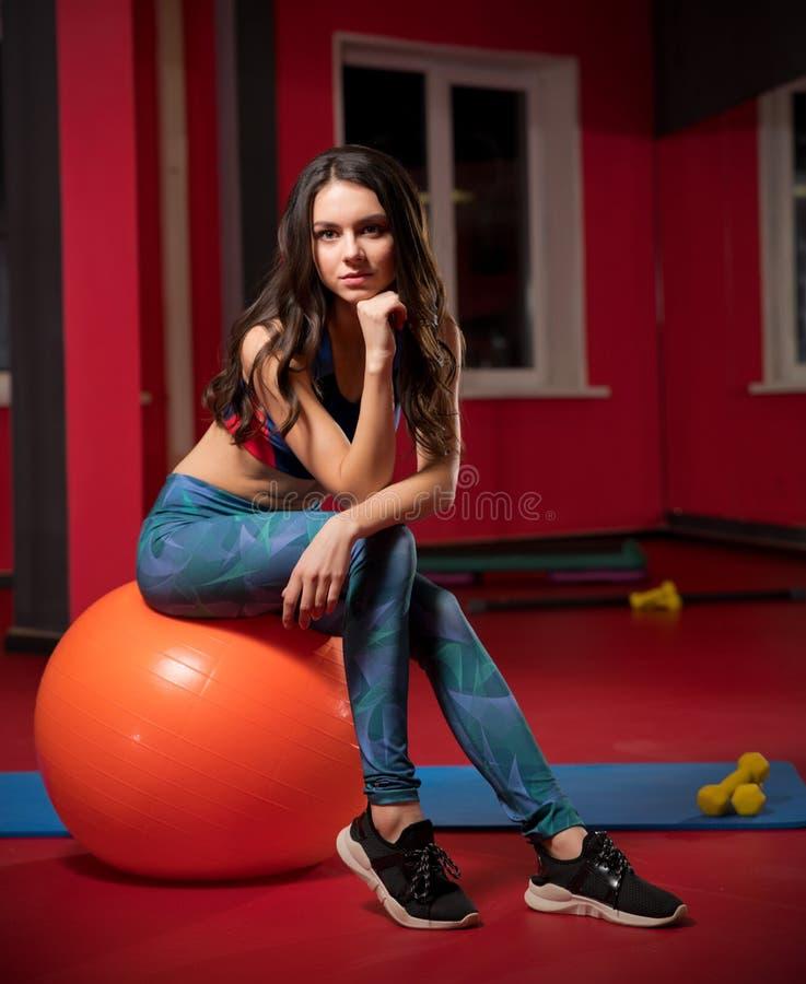 Jeune femme dans le club de forme physique image stock