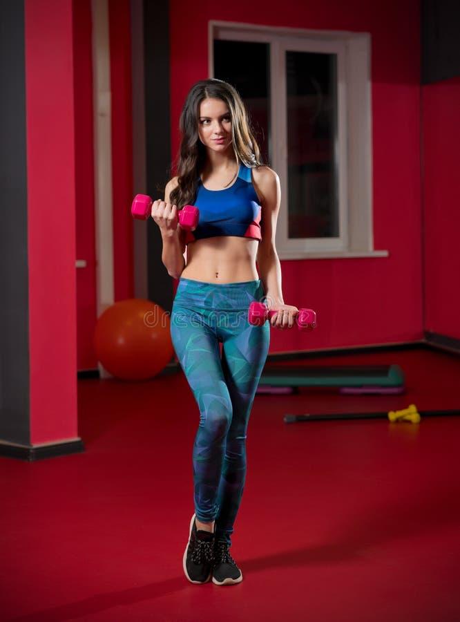 Jeune femme dans le club de forme physique photographie stock