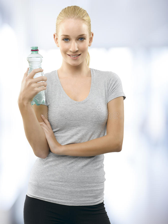 Jeune femme dans le club de santé image stock