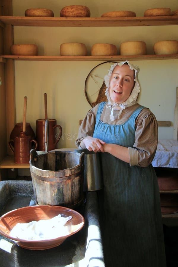 Jeune femme dans le costume de l'époque, la vie de reconstitution d'un pèlerin, vieux village de Sturbridge, le Massachusetts, se image libre de droits