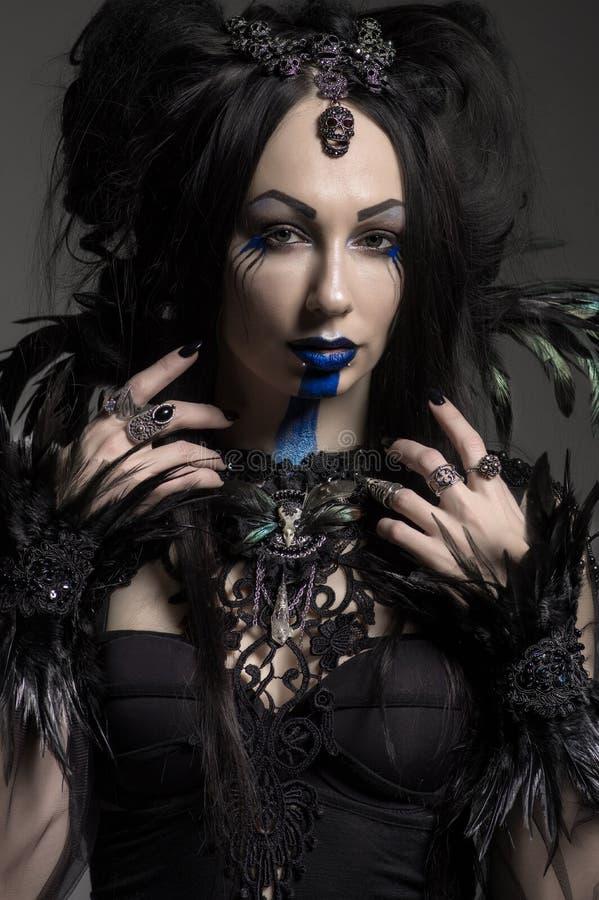 Jeune femme dans le costume noir d'imagination image stock