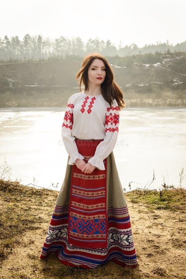 Jeune femme dans le costume original national biélorusse slave dehors photos stock