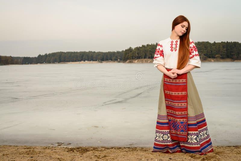 Jeune femme dans le costume original national biélorusse slave dehors photographie stock libre de droits
